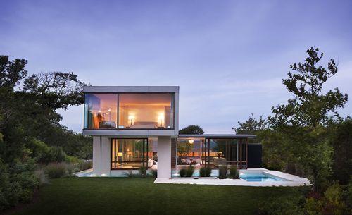 Дом из стекла возле пляжа