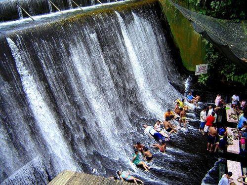 Ресторан у подножия водопада