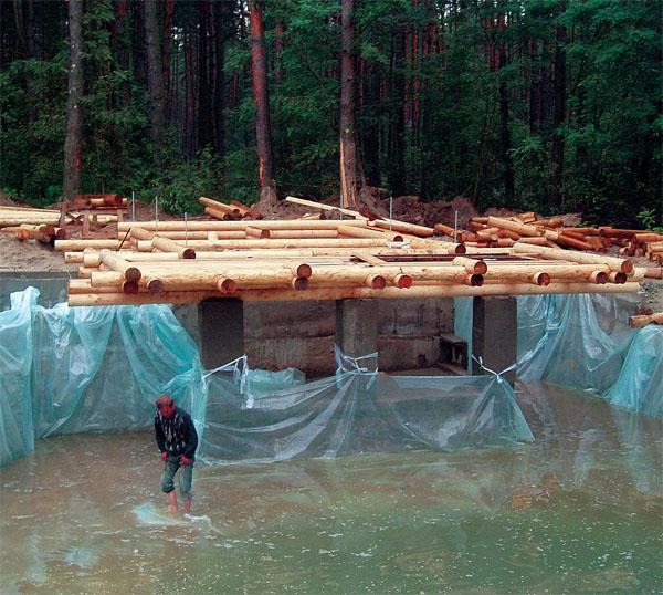 Сначала была вырыта и забетонирована чаша бассейна. А затем начато строительство самой бани