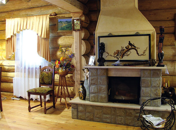 Дизайн каминного зала сочетает в себе элементы современного эклектичного стиля и деревенской тематики