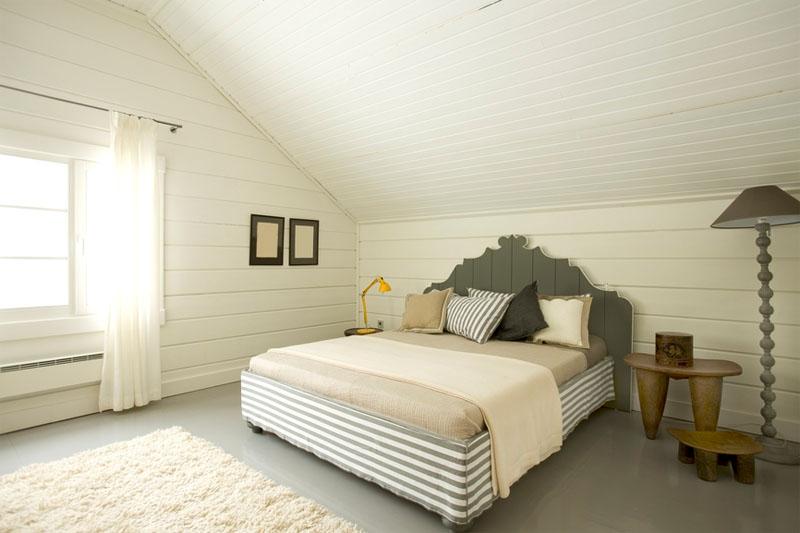 Белая мансардная спальня