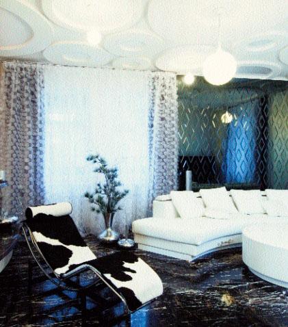 Акцент гостиной сфокусирован на зеркальном панно и мраморном камине
