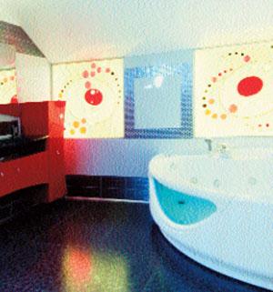 Цветовая концепция ванной комнаты подержана в витражах с абстрактными маками