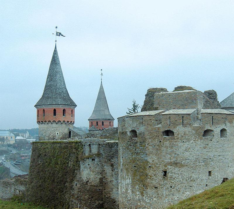 В Средневековье ни один замок не обходился без флюгера на башне. Яркий пример — замок в Каменец-Подольском (Хмельницкая обл.)