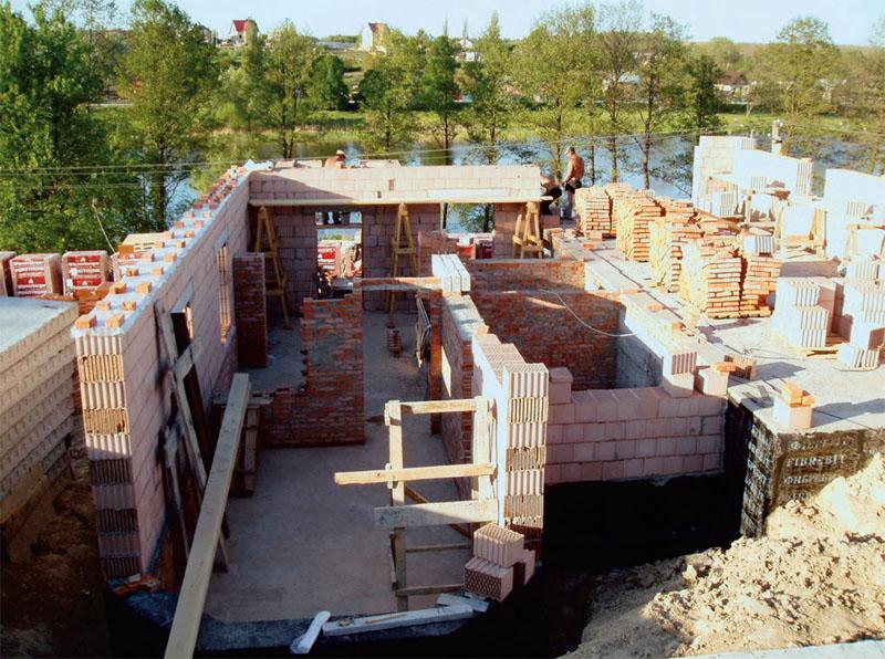 Для внешних стен использовали керамические блоки, для внутренних и эркера — кирпич
