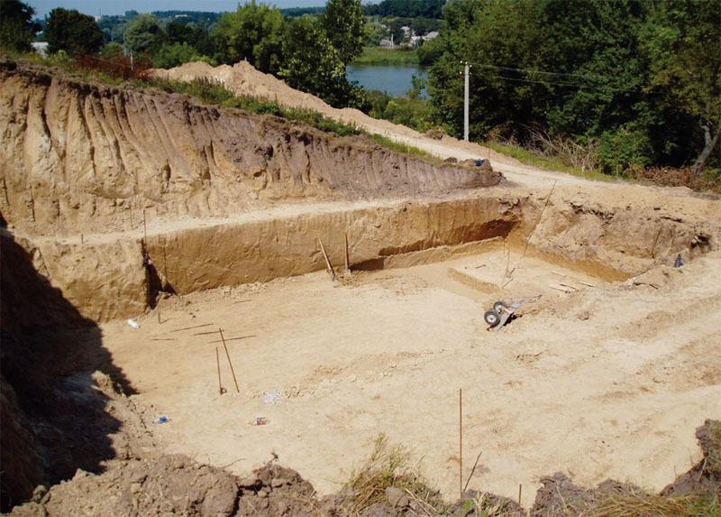 Выполнен большой объем земельных работ и было устроено несколько подпорных стенок