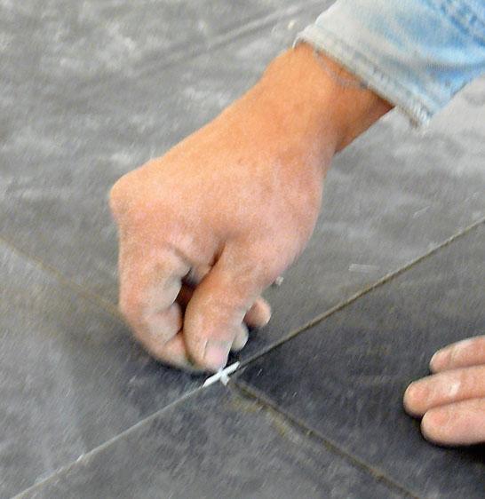Установка прокладок между плитками
