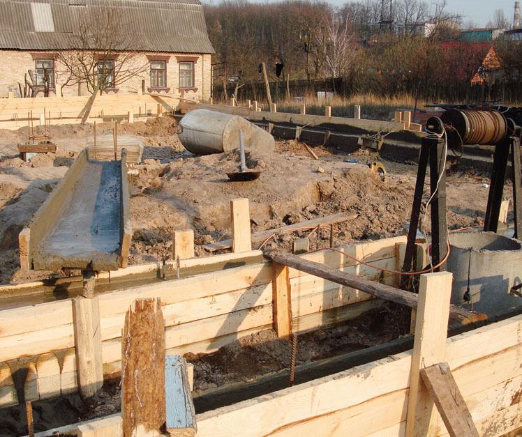 Подсыпка и уплотнение грунта под фундамент