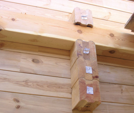 Обычно для укладки наружных стен используется брус толщиной от 180 до 220 мм (Фото: Елена Галич)