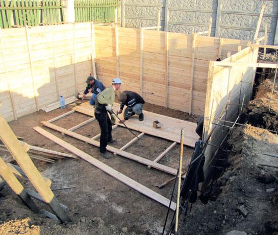 Устройство деревянной опалубки для заливки фундамента в подвальную часть