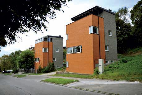 Цветовая гамма фасада и фон окружающей среды создают контрастное сочетание. (Дома*студио Близнецы в Каунасе ( Литва), архитекторы Евалдас Барзджюкас , Еугениус Милюнас, фото Гинтарас Бальчитис)