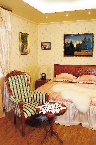 Основная тема декора спальни – европейская деревенская романтика