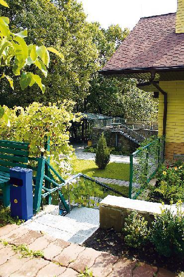 Для приема гостей служит  внутренний двор нижнего яруса с бассейном и барбекю