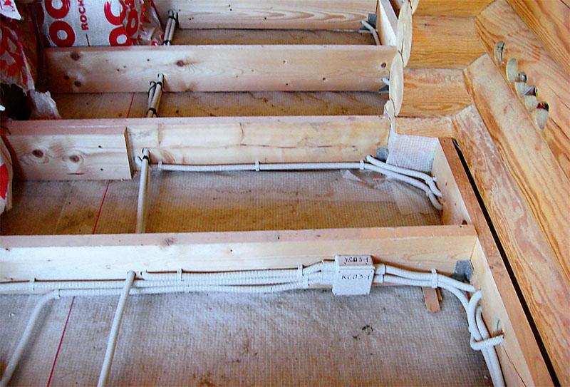 Разводка электросети проводами в гофрорукавах, расположенных между лагами пола первого этажа