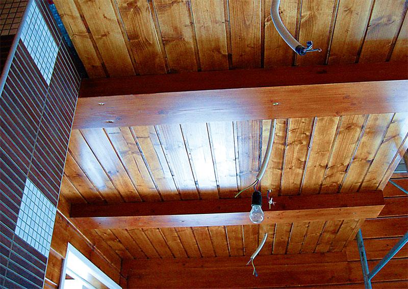Проводка в перекрытии, видны выводы в гофрорукавах для потолочных осветительных приборов