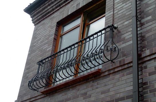 Чтобы шов не портил общего впечатления от фасада, его можно прикрыть, например, стояком водослива с кровли или каким-то декоративным элементом