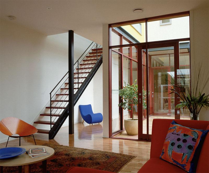 Монтаж лестницы должен осуществлятся только к прочным стенам, лучше к несущим