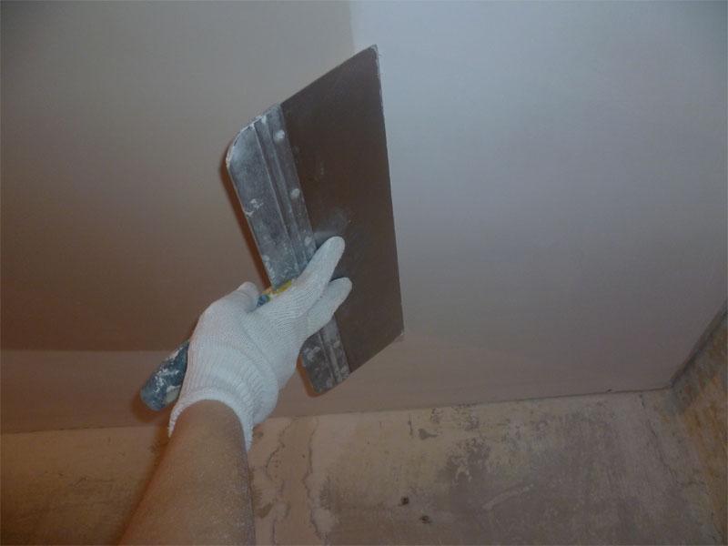 Для потолка используют мелкозернистую шпаклевку