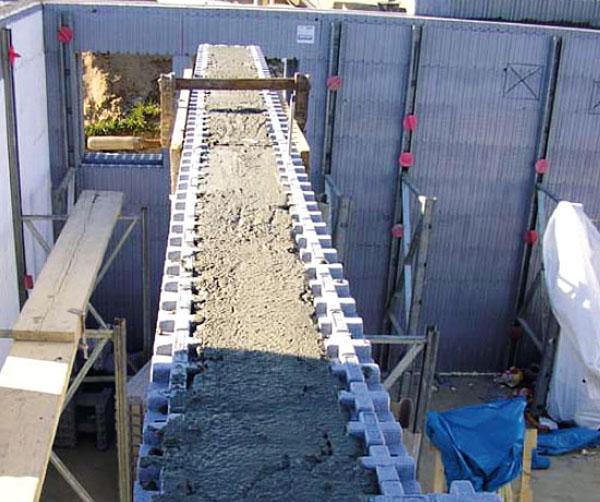 В опалубку заливается бетон