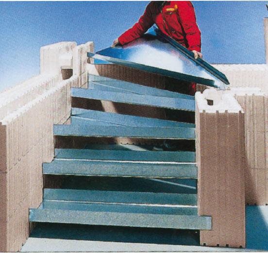9. Лестницы: установить опалубку для ступенек и залить бетоном одновременно с опалубкой стен