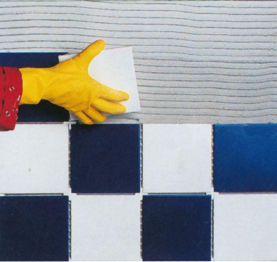 18. Внутри помещения плитка наклеивается на стену без предварительного оштукатуривания
