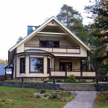 Каркасный дом, для отделки фасада использован блок-хаус