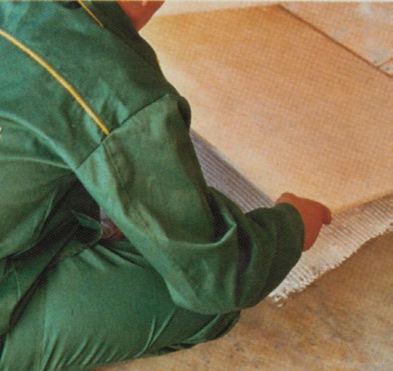 Укладка влагостойкой фанеры (Фото:РУБЕЖАНСКИЙ ПАРКЕТ из архивов АСС-Медиа)