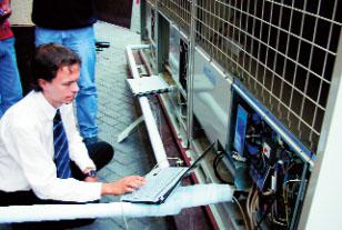 Работа по программированию работы наружного блока мульти-сплита (Фото: LG ELECTRONICS)