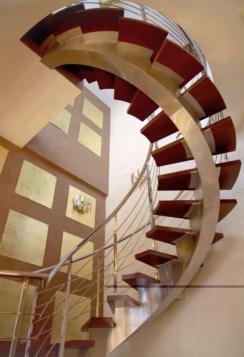 Эффектная лестница для элитных зданий