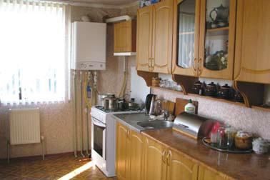 Просторная кухня вместила все необходимое оборудование, включая двухконтурный отопительный котел (Фото: Ростислав Демидович)