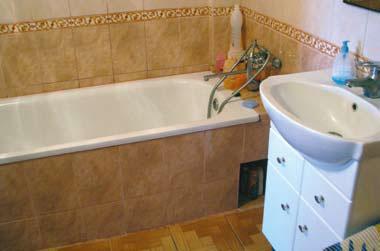 В ванной разместили всю сантехнику, бойлер. Нашлось место и для стиральной машины (Фото: Ростислав Демидович)