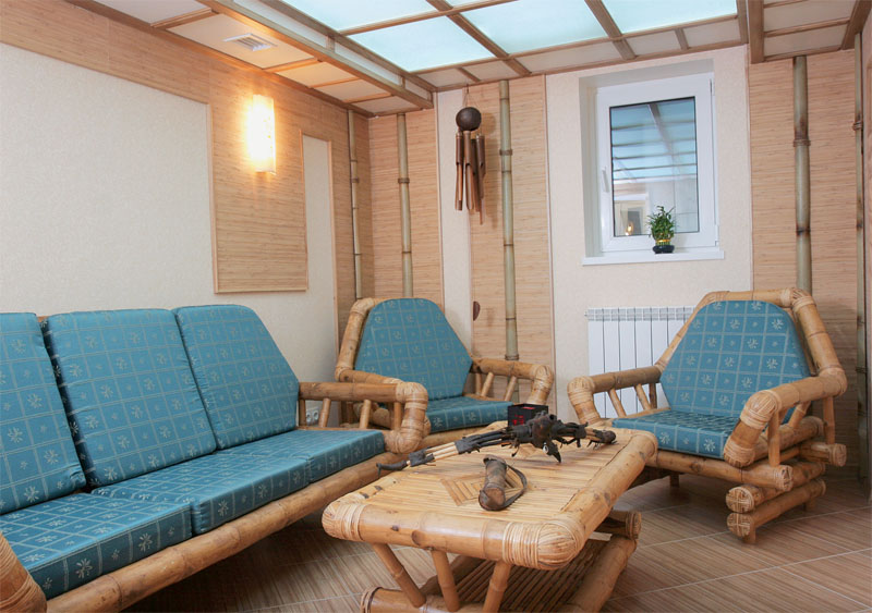 Удачное сочетание бамбуковых элементов на стенах, потолке и в мебели