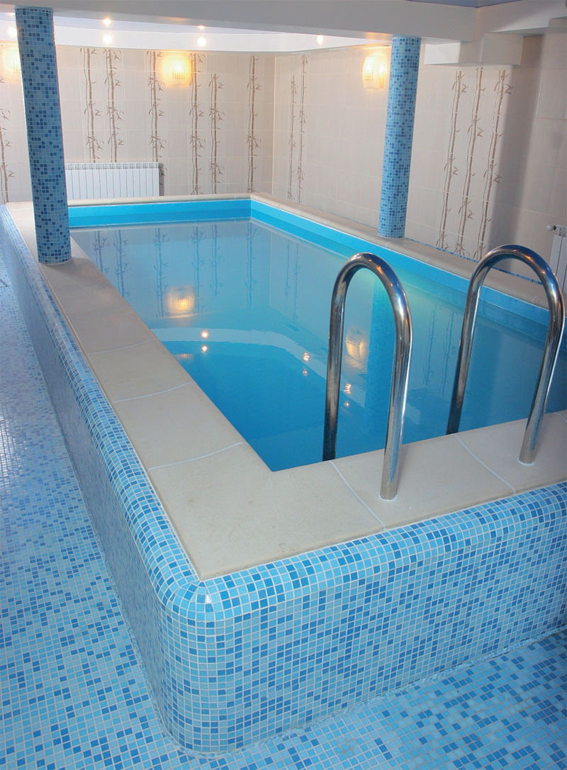 Мозаика в оформлении пола и колонн помещения бассейна + коппинг в бортовой части