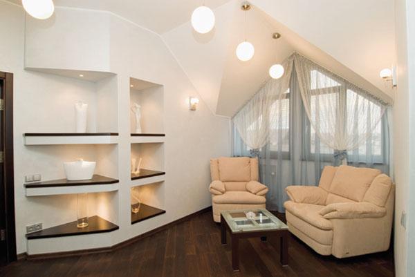 В отделке и мебели преобладают светлые оттенки стен