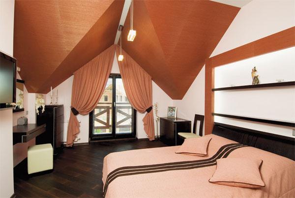 Шторы в мансардном окне и декор в конструкции потолка создают уют