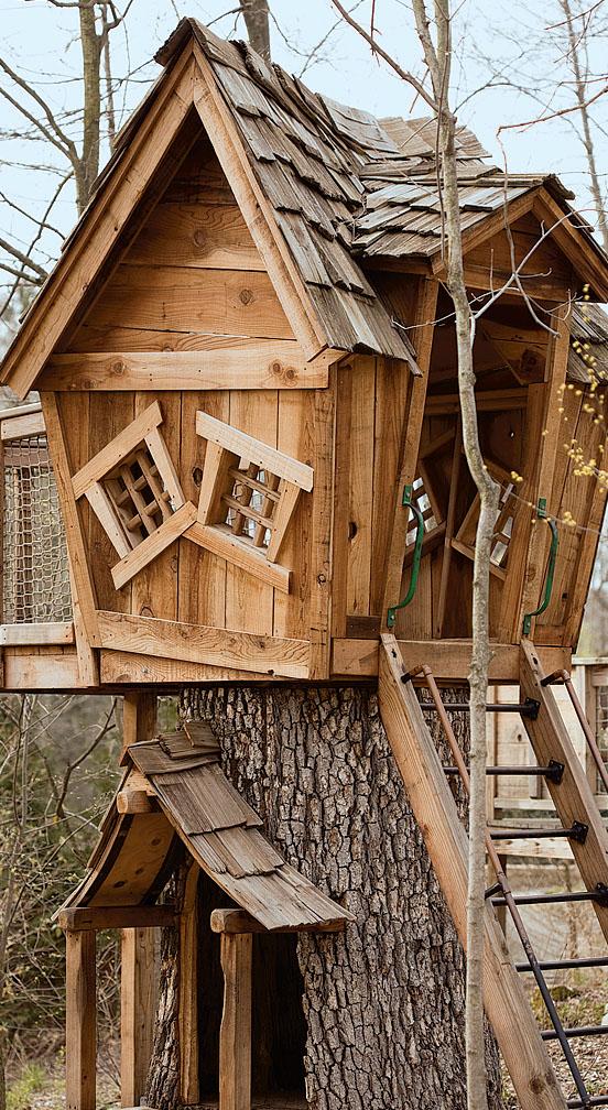 Сказочный домик с деревянной крышей станет любимым местом игр для детей