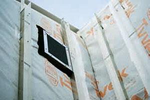 Гидроизоляционный слой подкровельного мембранного материала защищает строение от влаги и ветра (Фото: DuPont)