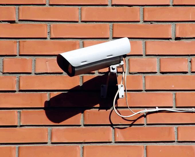 Видеокамера на стене