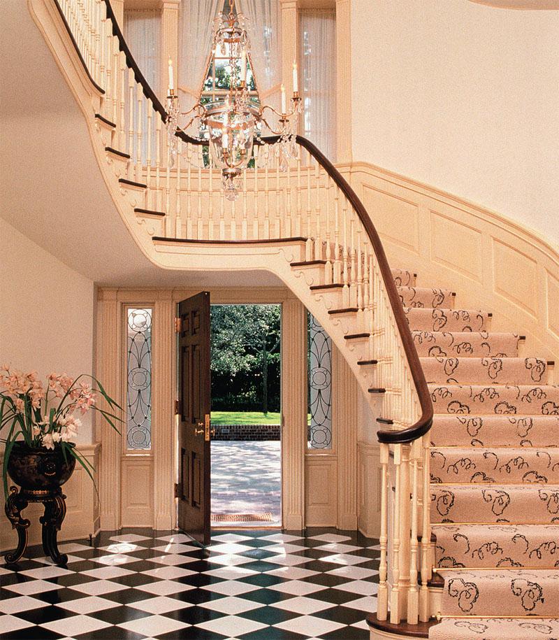 Помпезная лестница с маршевой площадкой — эффектное решение для большого дома. (Фото: ШАРДОНЕ, ВИКДЖИСВИТ, PANDA)