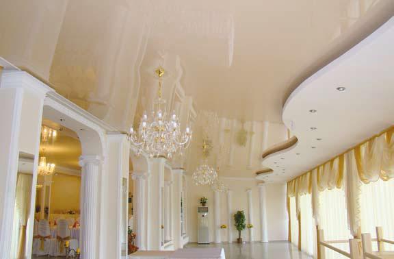 Удачная комбинация конструкции гипсокартонного потолка и натяжного создает удивительный эффект