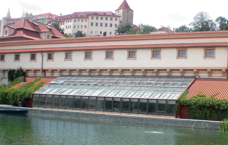 Прозрачная крыша — частое решение для теплиц и оранжерей. Яркий пример: оранжерея в Вальдштейнском саду (Прага)