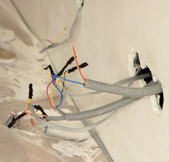Реконструкция єлектропроводки (Фото: Елена Галич)