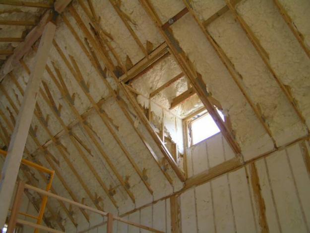 Утепление мансарды крыши с помощью пены
