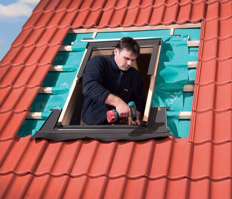 Грамотный и профессиональный монтаж — залог долговечности мансардного окна