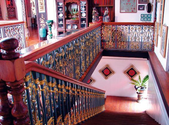 Надежность дерева и оригинальность ковки – удачное решение для этой большой лестницы (Фото: Flickr)