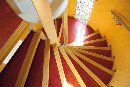 Конструкция, выполненная в светлых тонах, даже визуально кажется просторнее (Фото: Flickr)