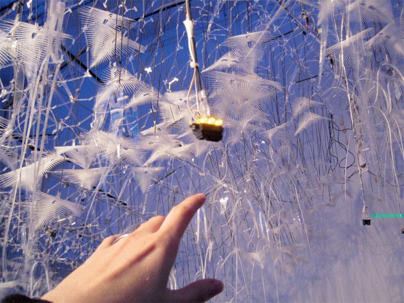 Интерактивная скульптура «Саргассово облако» Филиппа Бисли, объединяет два архитектурных слоя – густой, свисающий с потолка ком нитей и перьев, а также геотекстильную структуру из шелка и бамбукового плетения – которые начинают взаимодействовать в ответ на человеческое поведение (Фото: Aurélie Mossé)