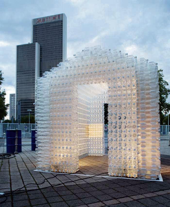 Команда United_bottle group предложила на суд зрителей архитектурные формы из блоков пластиковых бутылок, превратившихся в строительный материал для создания временных и постоянных сооружений (green Architecture for the Future) (Фото: hans ole Madsen)