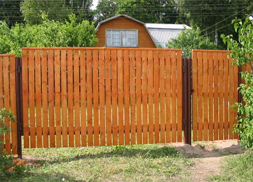 Заборы для дачи из дерева: виды конструкций