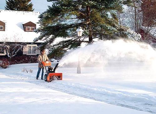 Зимние помощники: снегоуборщик – у дома, ледобур – у водоёма